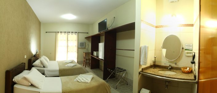 Quarto do apartamento no hotel fazenda parque dos sonhos, com cama de casal, cama de solteiro, frigobar, cofre, tv de led, ar condicionado quente e frio