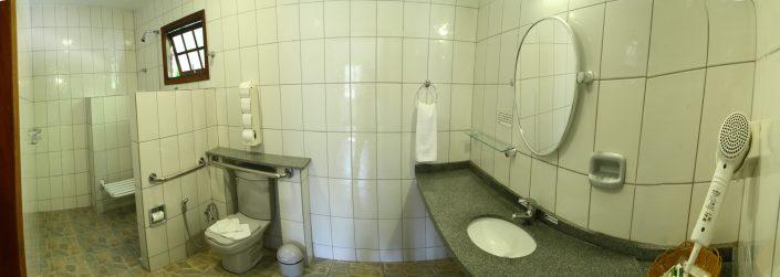 Banheiro do apartamento no hotel fazenda parque dos sonhos todo adaptado com barras de segurança e cadeira de banho para pessoas deficientes e com mobilidade reduzida.