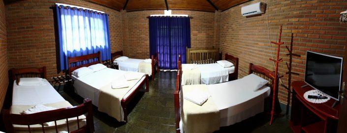 Quarto 1 do chalé 01 com 4 camas de solteiro, uma cama de casal, ar condicionado quente e frio, beliche, tv de led