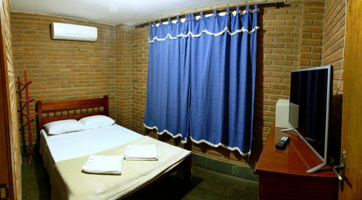 Quarto 2 do chalé 01 com uma cama de casal, ar condicionado quente e frio, tv de led, cofre