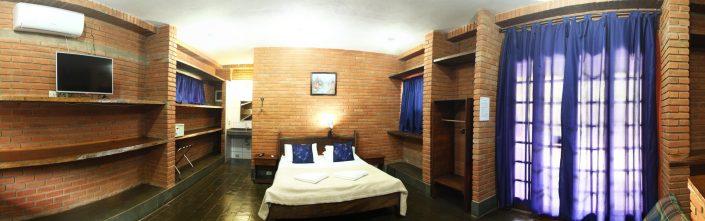 Quarto de um chalé do parque dos sonhos com cama de casal, tv de led, ar condicionado quente e frio, cofre