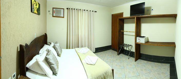 Quarto com cama de casal, tv de led, cofre, ar condicionado