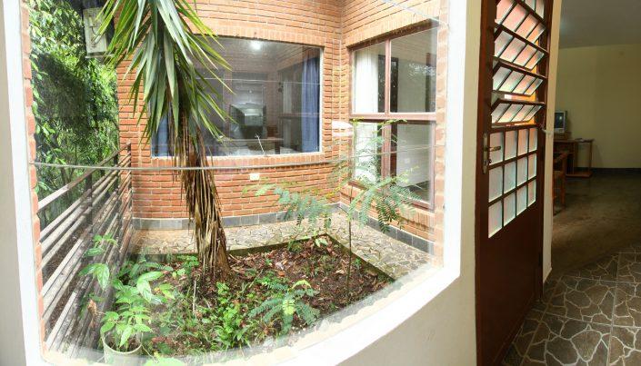 Vista para o jardim do chalé 08 do hotel fazenda parque dos sonhos