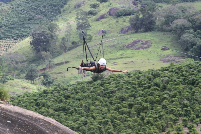 Foto de uma pessoa descendo a tirolesa voadora do hotel fazenda parque dos sonhos