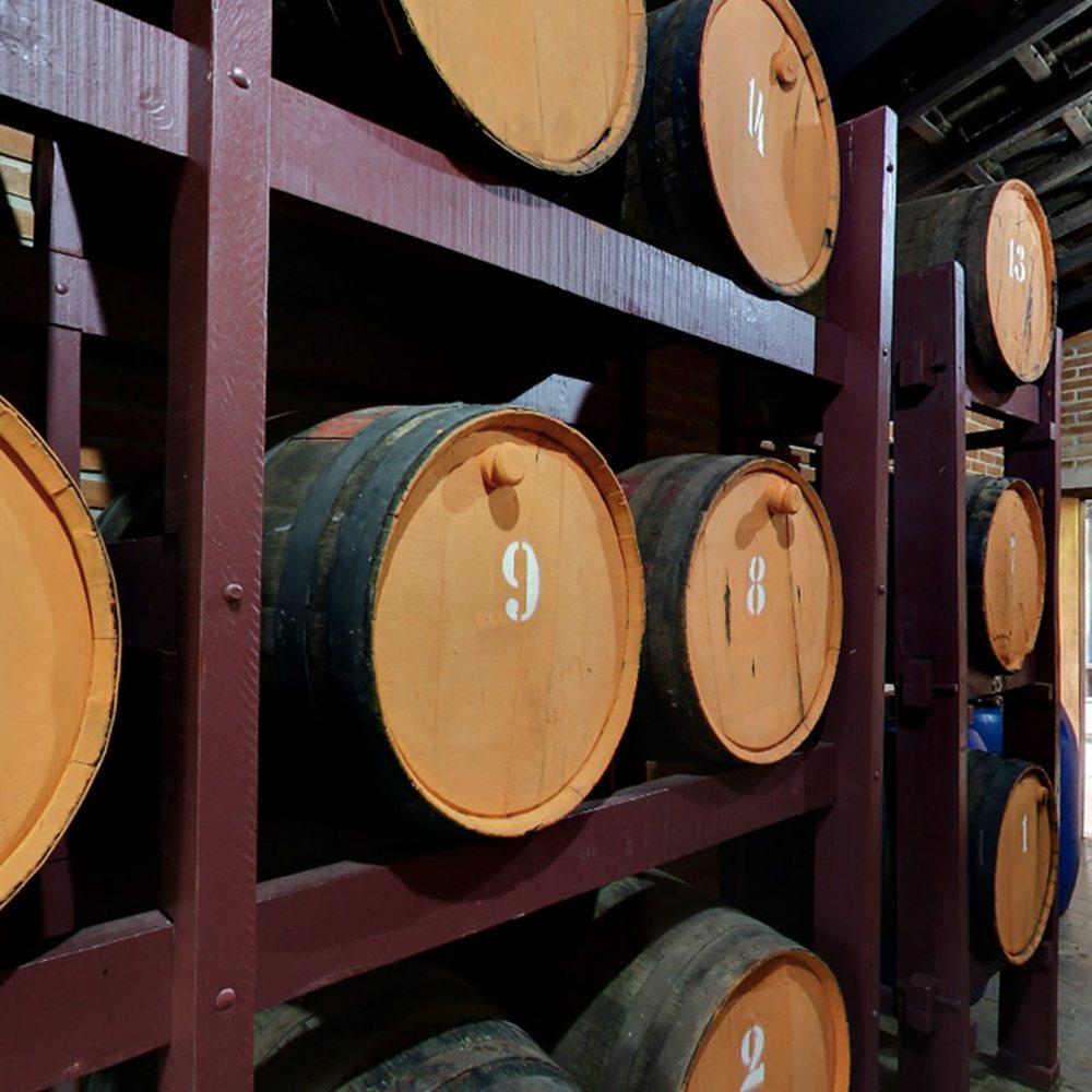 Alambique do hotel fazenda campo dos sonhos onde ficam os tonéis de vinho armazenados para envelhecimento