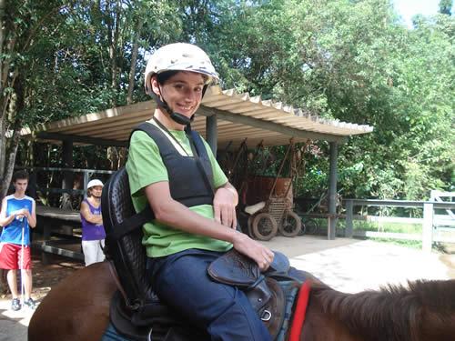 Pessoa com paralisia em cavalgada com sela especial