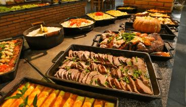 Almoço do hotel fazenda parque dos sonhos servido no fogão a lenha, uma gastronomia tipica caipira