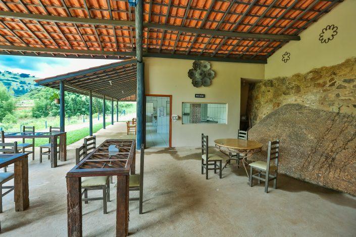 Mesas com cadeiras que ficam em frente a doceria e a horta do hotel fazenda parque dos sonhos