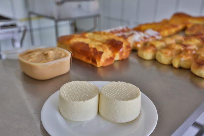 Mesa cheia de pães queijos e doces caseiros, tudo feito pelo hotel fazenda parque dos sonhos