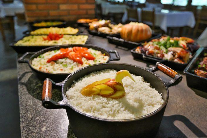 Almoço do hotel fazenda parque dos sonhos, com foco para o arroz com um pato em cima do arroz feito de maçã
