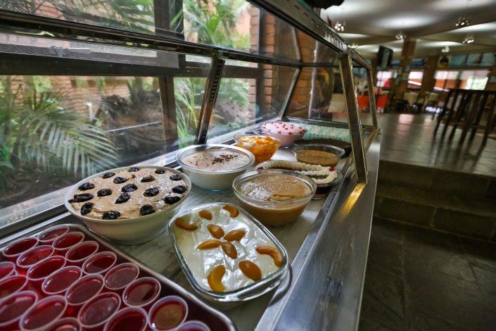 Mesa de doces do hotel fazenda parque dos sonhos na hora do almoço com mais de 8 tipos diferentes de doce a disposição