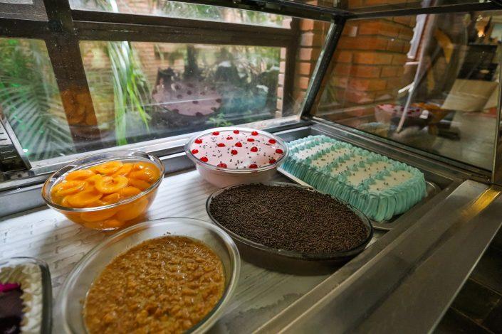 Mesa de doces do hotel fazenda parque dos sonhos na hora do almoço