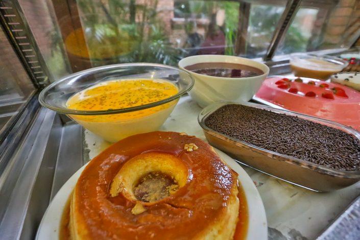 Diversos tipos de sobremesas que são servidas no jantar do hotel fazenda parque dos sonhos