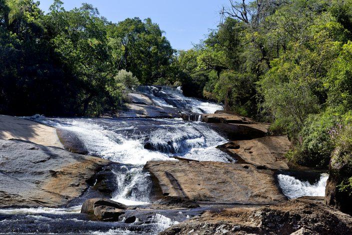 Imagem da prainha do hotel fazenda parque dos sonhos com grande quantidade de água escorrendo pelas pedras em forma de cachoeira