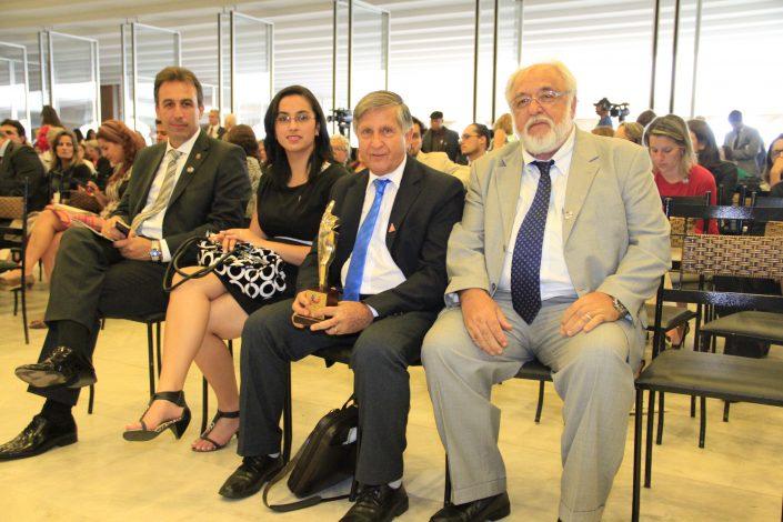 Vitório zucon, José Fernandes, Jaqueline Franco e André Bozola, sentados após receber o PRÊMIO DIREITOS HUMANOS EM BRASÍLIA das mãos da presidente