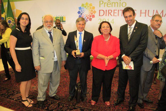 José Fernandes, Vitório Zucon, Jaqueline Franco, André Bozola, posando para foto com o PRÊMIO DIREITOS HUMANOS EM BRASÍLIA em mãos
