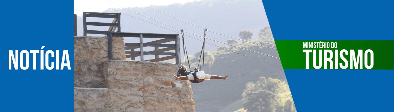 Homem fazendo a tirolesa voadora do Hotel fazenda Parque Dos Sonhos