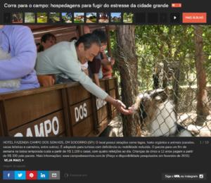 Banner do passeio de trator com um homem alimentando os animais com as própias mãos