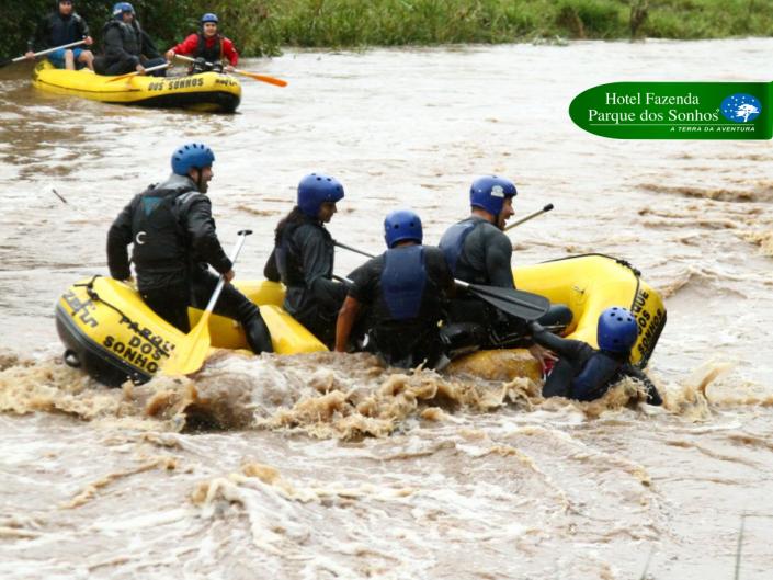 Rafting no hotel fazenda parque dos sonhos, 4 pessoas no bote e uma caida na água